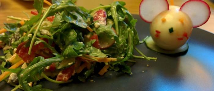 Als Maus dekoriertes Ei mit garniertem Salat