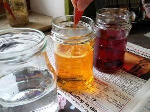Lebensmittelfarbe in Wasserglas einfüllen