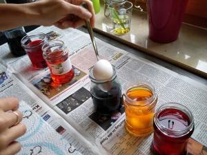 Eier nach dem Kochen in das Farbbad