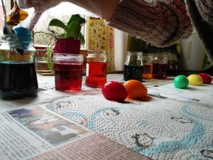 Nach 4 - 6 Minuten aus den Farbgläsern auf eine Küchenrolle legen