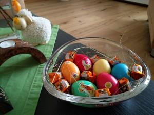 Gefärbte Eier im Osternest mit Heu