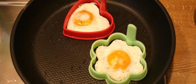 Spiegeleier mit Eierformer in der Pfanne
